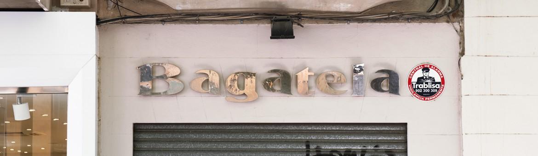 "Street Aufnahme mit Reklameschrift ""Bagatela"" in Italien. Feigfotodesign"
