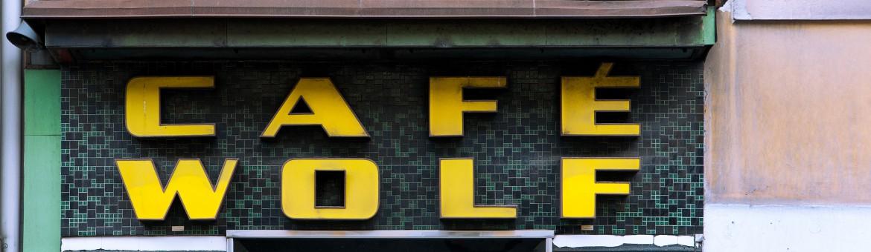 """Street Aufnahme mit Reklameschrift """"Café Wolf"""" in Graz, Österreich. Feigfotodesign"""