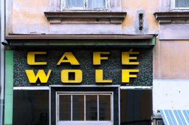 """Werbefotografie Studio Oberfranken Street Aufnahme mit Reklameschrift """"Café Wolf"""" in Graz, Österreich. Feigfotodesign"""