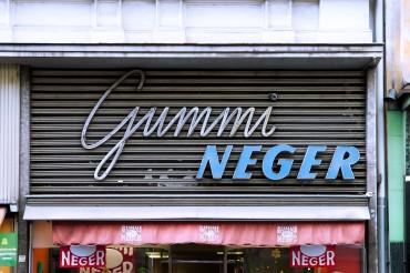 """Werbefotografie Studio Oberfranken Street Aufnahme mit Reklameschrift """"Gummi Neger"""" in Graz, Österreich. Feigfotodesign"""