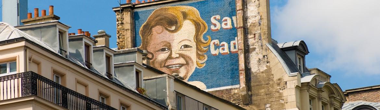 Street Aufnahme mit Grafitti eines blonden Kindes in Paris, Frankreich. Feigfotodesign
