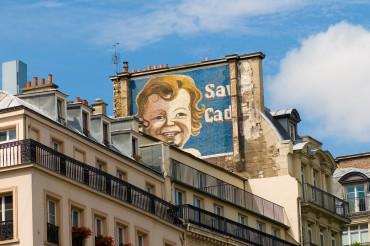 Werbefotografie Studio Oberfranken Street Aufnahme mit Grafitti eines blonden Kindes in Paris, Frankreich. Feigfotodesign