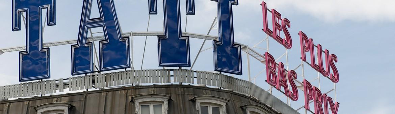 "Werbefotografie Studio Oberfranken Street Aufnahme mit Reklameschrift ""Tati - Les Plus Bas Pris"" in Paris, Frankreich. Feigfotodesign"