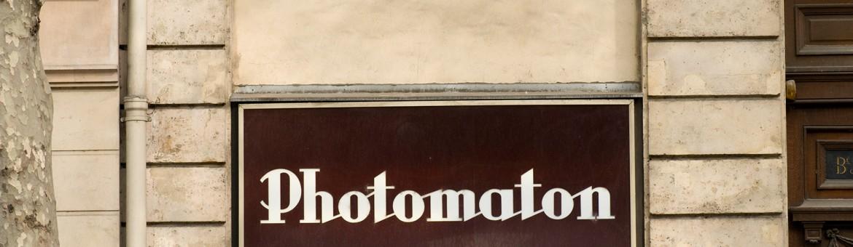 """Street Aufnahme mit Reklameschrift """"Photomaton"""" in Paris, Frankreich. Feigfotodesign"""
