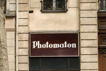 """Werbefotografie Studio Oberfranken Street Aufnahme mit Reklameschrift """"Photomaton"""" in Paris, Frankreich. Feigfotodesign"""