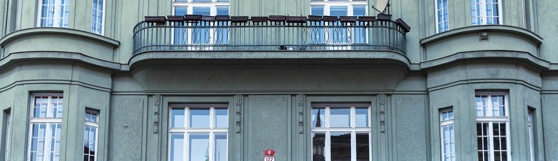 """Street Aufnahme mit Reklameschrift """"Dum Látek"""" in Pilsen, Tschechien"""