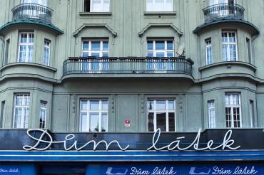 "Werbefotografie Studio Oberfranken Street Aufnahme mit Reklameschrift ""Dum Látek"" in Pilsen, Tschechien"