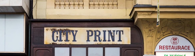 """Street Aufnahme mit Reklameschrift """"City Print"""" in Pilsen, Tschechien. Feigfotodesign"""