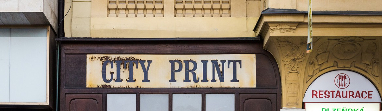 "Werbefotografie Studio Oberfranken Street Aufnahme mit Reklameschrift ""City Print"" in Pilsen, Tschechien. Feigfotodesign"
