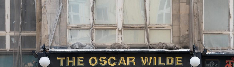 """. FeigfotodesignStreet Aufnahme mit Reklameschrift """"The Oscar Wilde"""" in Berlin"""
