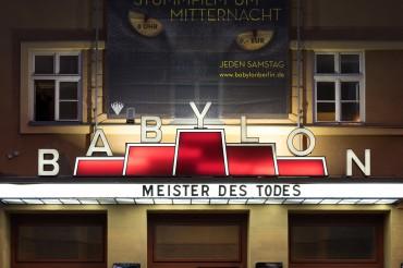 """Werbefotografie Studio Oberfranken Street Aufnahme mit Reklameschrift """"Babylon - Meister des Todes"""" in Berlin. Feigfotodesign"""