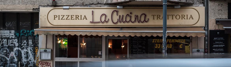"""Street Aufnahme mit Reklameschrift """"Pizzeria La Cucina Trattoria"""" in Berlin. Feigfotodesign"""