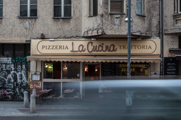 "Werbefotografie Studio Oberfranken Street Aufnahme mit Reklameschrift ""Pizzeria La Cucina Trattoria"" in Berlin. Feigfotodesign"