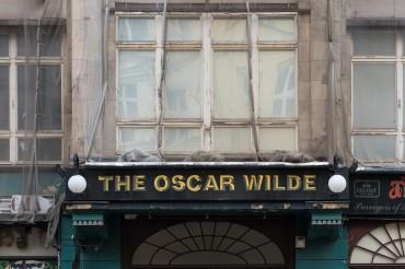 ".Werbefotografie Studio Oberfranken FeigfotodesignStreet Aufnahme mit Reklameschrift ""The Oscar Wilde"" in Berlin"