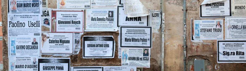 Street Aufnahme mit Reklameschriften in Sardinien. Feigfotodesign
