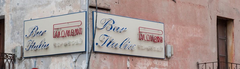 Street Aufnahme mit Reklameschriften in Sardinien