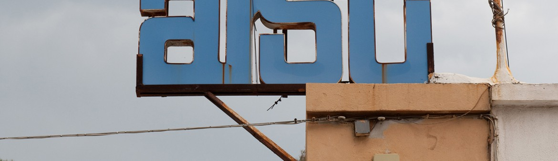 Werbefotografie Studio Oberfranken Street Aufnahme mit Reklameschriften in Sardinien. Feigfotodesign