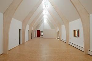Innenarchitektur mit großzügigem Raum im Waldhaus Mehlmeissel von Architekt Kuchenreuther