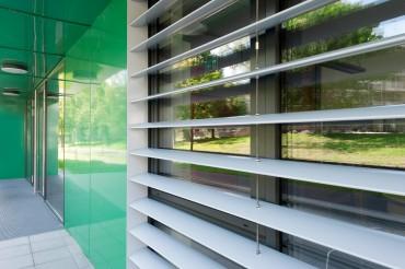 Nahaufnahme Gebäude BFZ in Marktredwitz von Architekt Kuchenreuther. Feigfotodesign