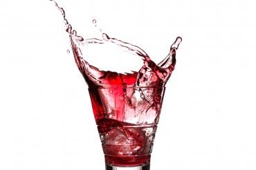 Splash aus Campari Glas mit Getränk und Eiswürfeln