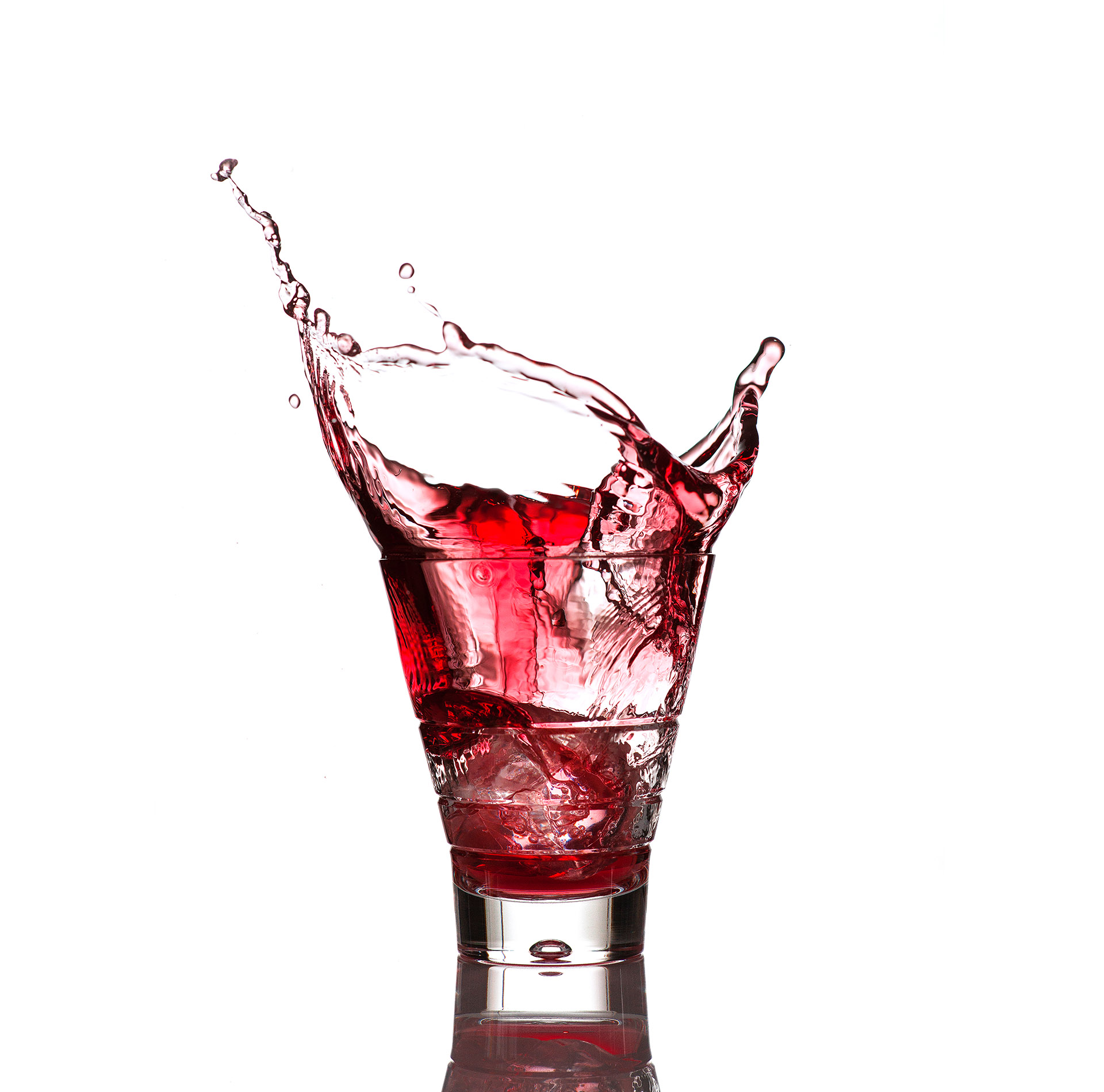 Fotodesign Werbefotografie Produktfotografie Fotostudio Oberfranken Splash aus Campari Glas mit Getränk und Eiswürfeln. Feigfotodesign