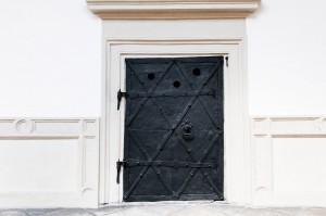 Metallbeschlagene Tür am Landtag in Graz