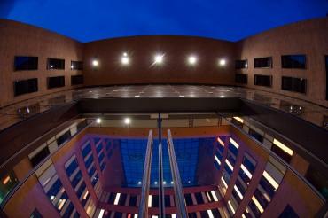 Beleuchteter Eingang der Hamburg HafenCity bei Nacht. Feigfotodesign
