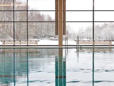 Ruhiges Becken im Hallenbald Selb mit Aussicht auf Rosenthalpark. Feigfotodesign