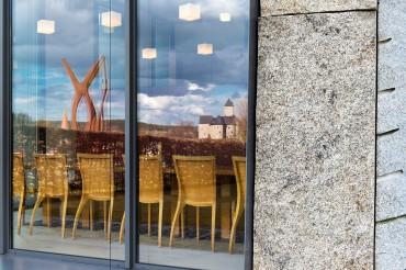 Architekturfotografie Fotograf Studio Oberfranken Blick in Kantine durch Fenster im Gebäude der IGZ Falkenberg von Architekt Brückner+Brückner. Feigfotodesign