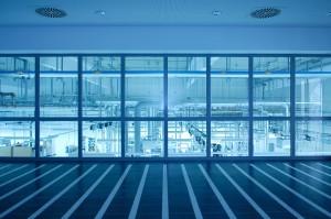 Architekturfotografie Fensterblick mit Überblick über Produktionshalle von Ceramtec