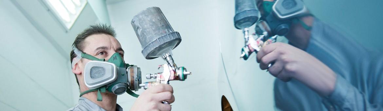 Mitarbeiter lackiert Automobil Spiegelung in Karosserie, Autohaus Enslein + Schönberger. Feigfotodesign