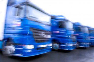 Zoom-Effekt Fuhrpark blaue LKWs. Feigfotodesign