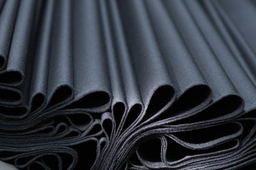Werbefotografie Studio OberfrankenStudio Oberfranken Close-Up Detail schwarzer Stoff wirft Falten. Feigfotodesign