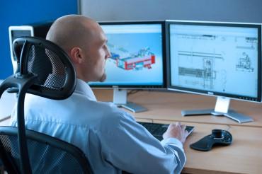 Werbefotografie Mitarbeiter Office arbeitet an Detailplänen am PC