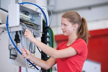 Mitarbeiterin arbeitet an Elektronik