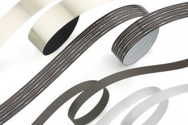 Detailaufnahme Kantenumlaufbänder in Silber, schwarz, weiß und schwarz strukturiert