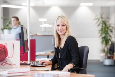 Mitarbeiterin der Witt-Gruppe im Büro. Feigfotodesign