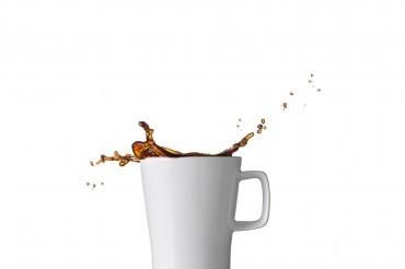 Werbefotografie Fotostudio Oberfranken Kaffee Splash aus weißer Porzellan Kaffeetasse. Feigfotodesign