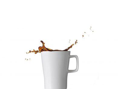 Werbefotografie Kaffee Splash aus weißer Porzellan Kaffeetasse. Feigfotodesign