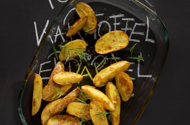 Gebackene Kartoffelspalten mit Rosmarin und Salz in Auflaufform