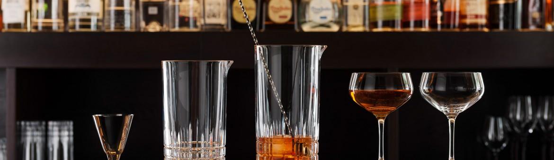 Werbefotografie Fotostudio Produktfotografie Oberfranken Oberpfalz Cocktailgläser und Jigger aus Perfect Serve Collection by Stephan Hinz auf Bartresen. Feigfotodesign