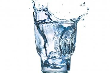 Fotodesign Werbefotografie Fotostudio Oberfranken Splash aus Wasserglas. Feigfotodesign