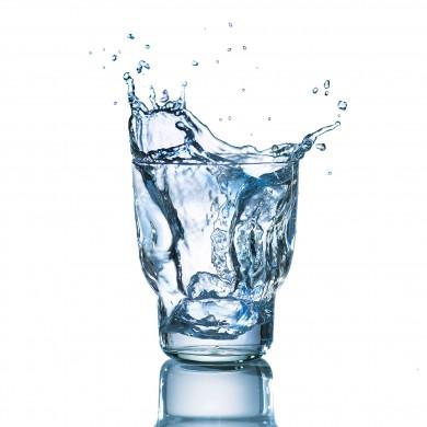 Werbefotografie Splash aus Wasserglas. Feigfotodesign