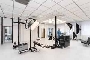 Alexander Feig während der Arbeit im Hauptraum des Studios in Selb