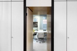 Blick in Besprechungsraum aufgenommen aus Hauptraum des Studios in Selb