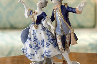 Porzellanfigur tanzendes Paar 19. Jahrhundert. Feigfotodesign