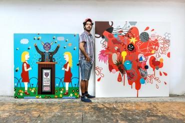 Künstler Albert Pinya vor zwei seiner Kunstwerke. Feigefotodesign