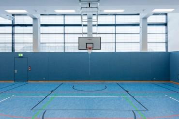 Innenraum mit Basketballkorb in Mehrfachturnhalle Selb, Architekt Kuchenreuther. Feigfotodesign