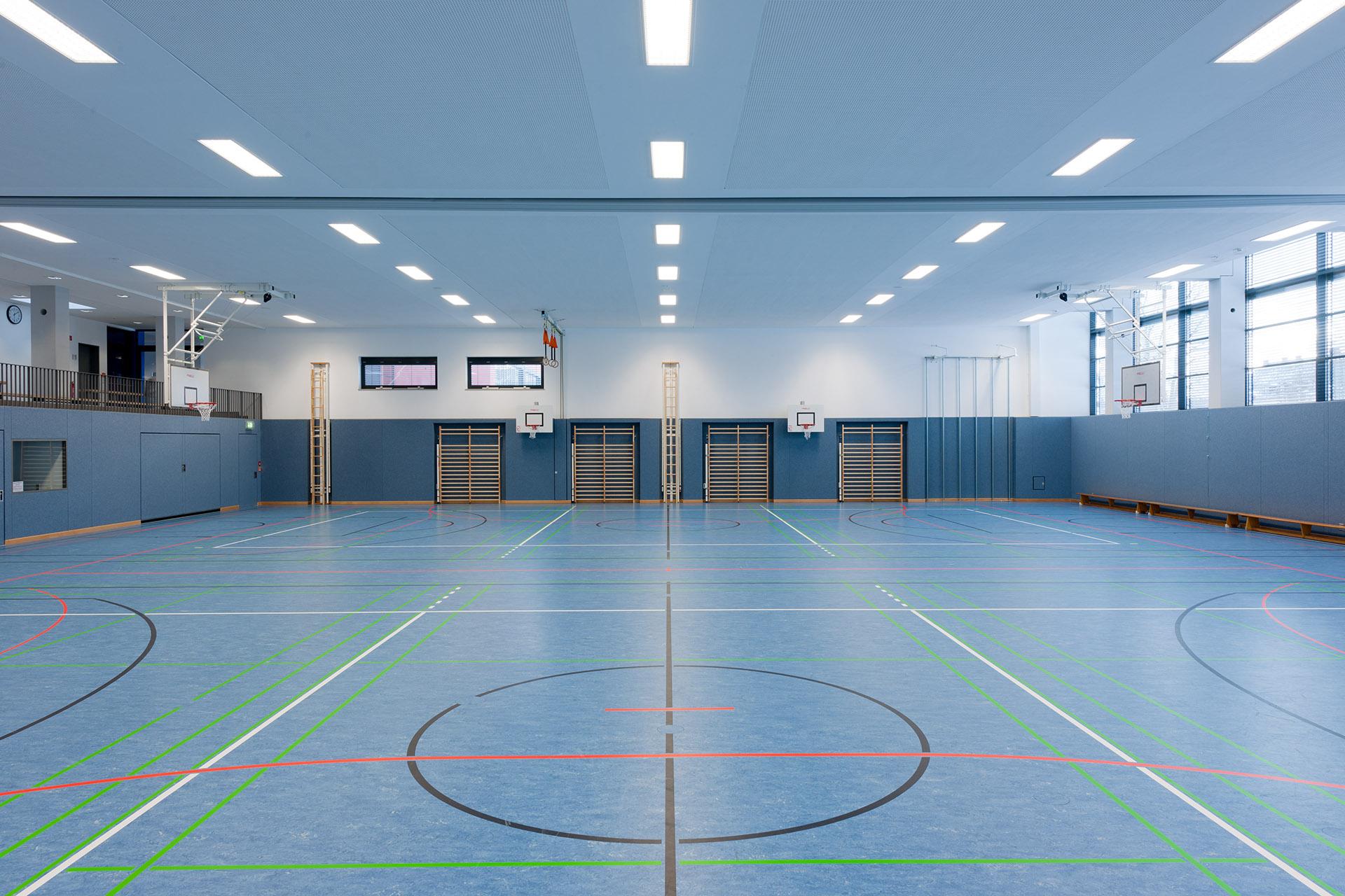 Innenraum der Mehrfachturnhalle in Selb mit Geräten, Architekt Kuchenreuther. Feigfotodesign