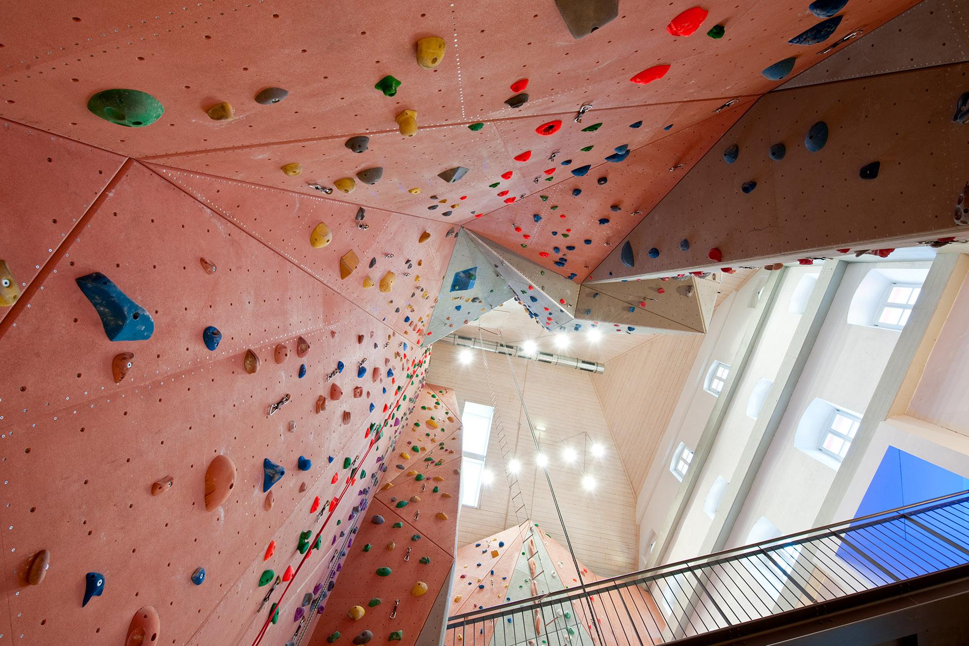 Blick nach oben entlang Kletterwände in Gebäude Zuckerhut, Architekt Kuchenreuther. Feigfotodesign